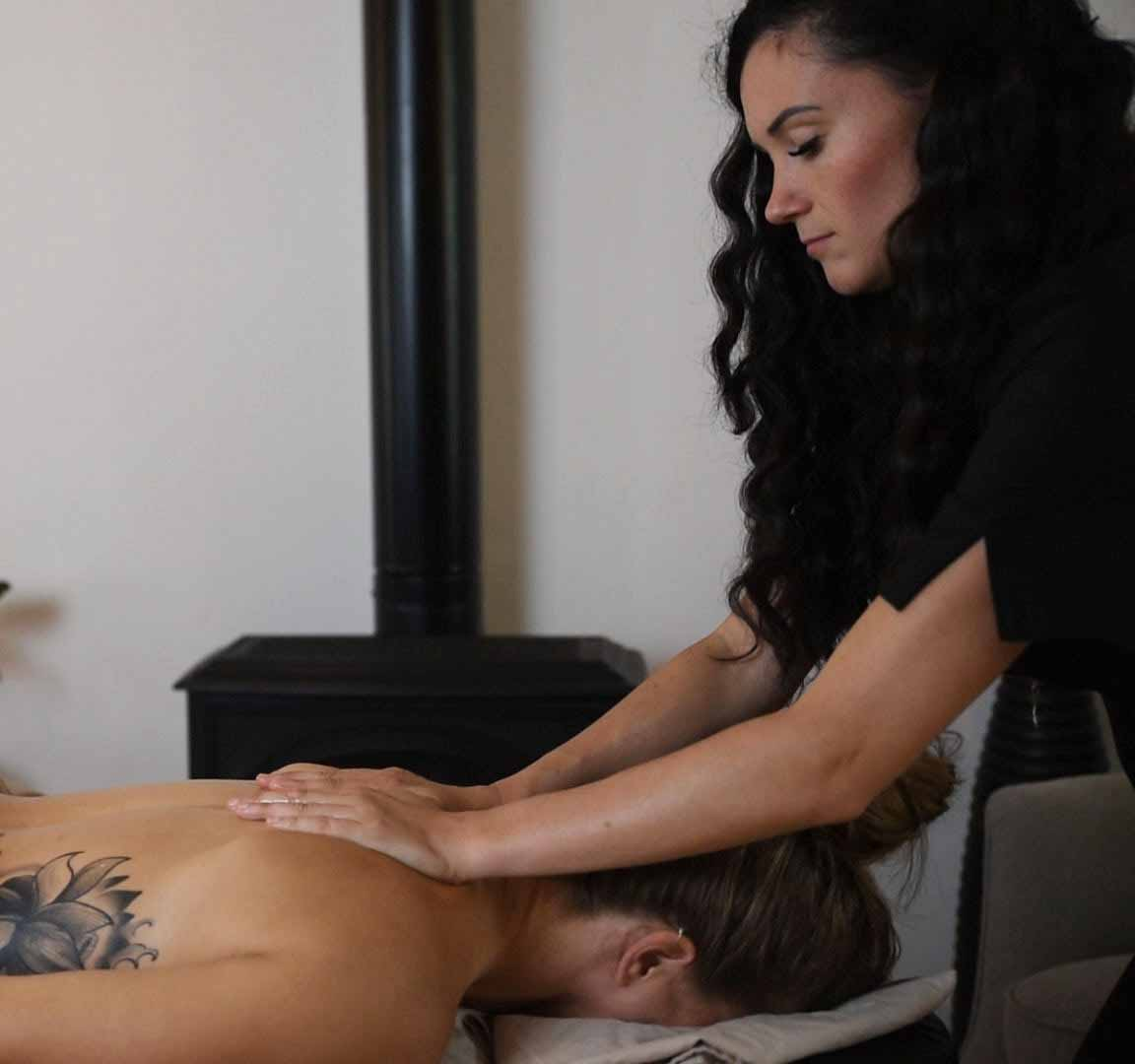 Massage a domicile par massotherapeute - Massaya massage Montreal-min
