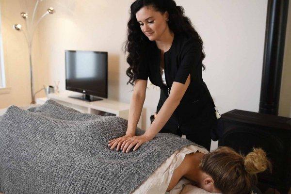 Debut de massage par une massotherapeute - Massaya massage a domicile Montreal-min